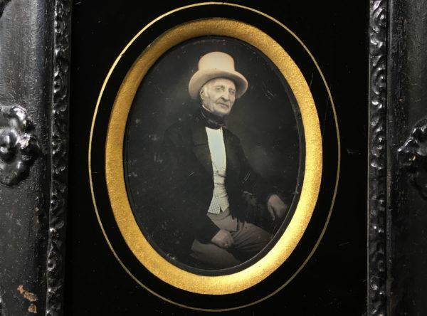 DAGUERREOTYPE 1/6 de Plaque - Homme Chapeau Haut de Forme Blanc - 9,5x7cm