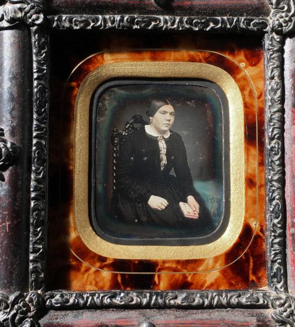 DAGUERREOTYPE 1/9e - Portrait d'une Jeune Femme et son missel - 6 x 7,4 cm